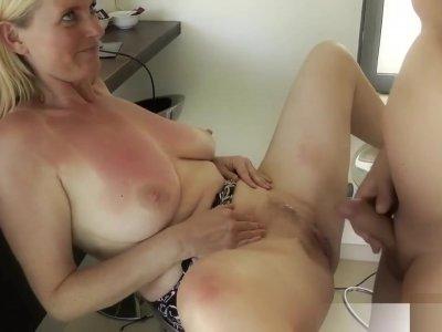 Milf Dirty-Tina lasst sich saftigen AO Creampie verpassen